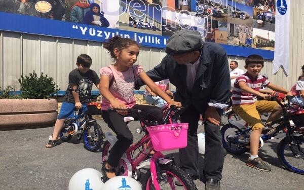 Yetim Çocuklara Bisiklet Dağıtımı