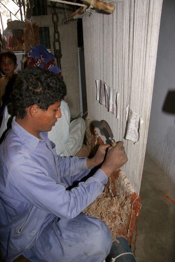 100 Pakistanlı Aileye Halı Odası