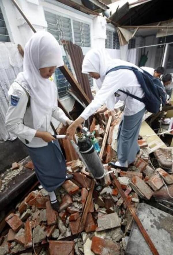 Endonezya'da Okullar Dualar ve Gözyaşlarıyla Açıldı