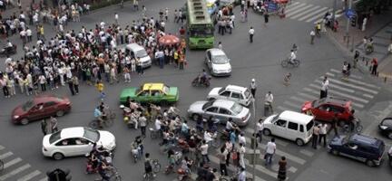 Çin'deki Deprem Bölgesinde Benzin ve Gıda Kuyrukları Oluştu