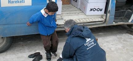 Çıplak Ayaklı Çocukları Deniz Feneri Isıtıyor