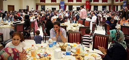 Deniz Feneri 4 bin kişiye iftar verdi