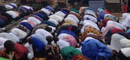 Dünya'nın dört bir yanına giden Deniz Feneri Derneği gönüllüleri Müslüman kardeşleri ile bayram namazında saf tuttu