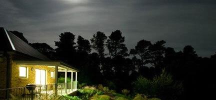 Işığı Yanan Evi Taşlamak