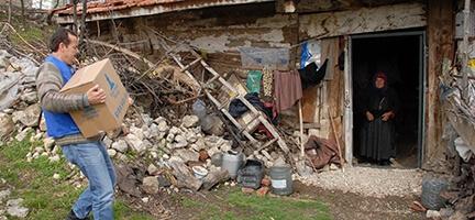 İYİLİK SEVDALILARI BOLU'DA İHTİYAÇ SAHİPLERİNE EL UZATTI