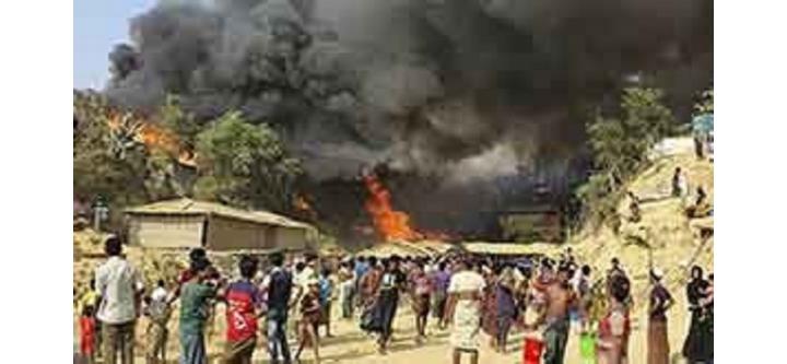 Kutupalong Mülteci kampında çıkan yangında yüzlerce ev yandı.