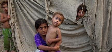 Pakistan'da Aç çocuklar Kamyonlara Saldırıyor