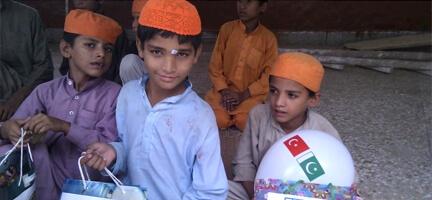 Pakistan'da Yetimleri Sevindirdik