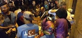 Deniz Feneri gönüllülerinden ikramlık dağıtımı